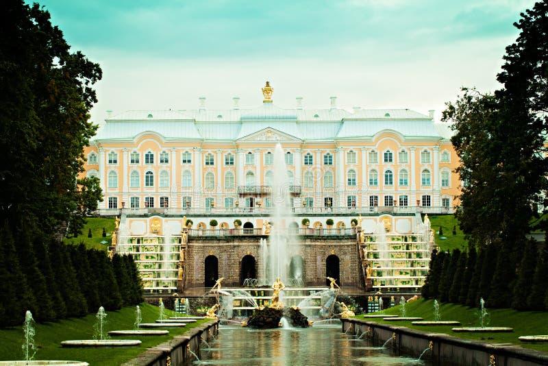 Ryssland St Petersburg Peterhof slott och storslagen kaskad royaltyfria bilder