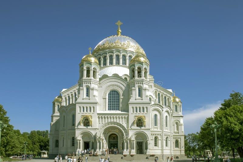 Ryssland St Petersburg Storartad forntida tempel av vit färg arkivbild