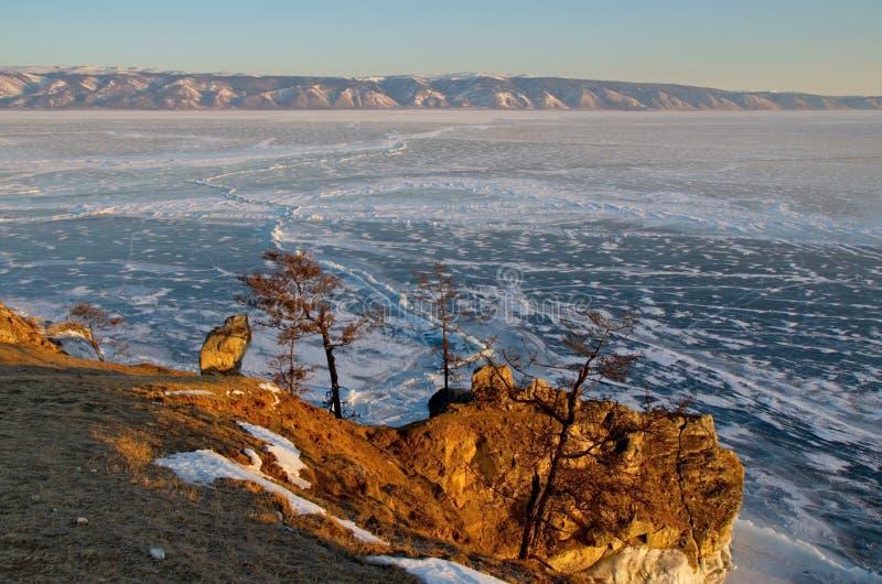 Ryssland Stenig kust av den Olkhon ön av Lake Baikal arkivbild