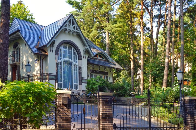 Ryssland Svetlogorsk, 10 Augusti 2017 Rauschen modernt historiskt hus i Art Nouveau stil royaltyfria bilder