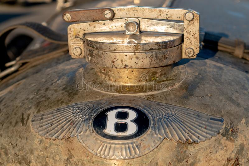Ryssland Tatarstan, Juni 23, 2019 Stäng sig upp av en Bentley logo på framdel av Bentley smutsig Bentley logo på den gamla bilen  royaltyfri foto