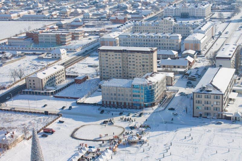 RYSSLAND Tjetjenien, Grozniy - Januari 5, 2016: Sikt av staden av Grozny från en höjd Chechen republik fotografering för bildbyråer