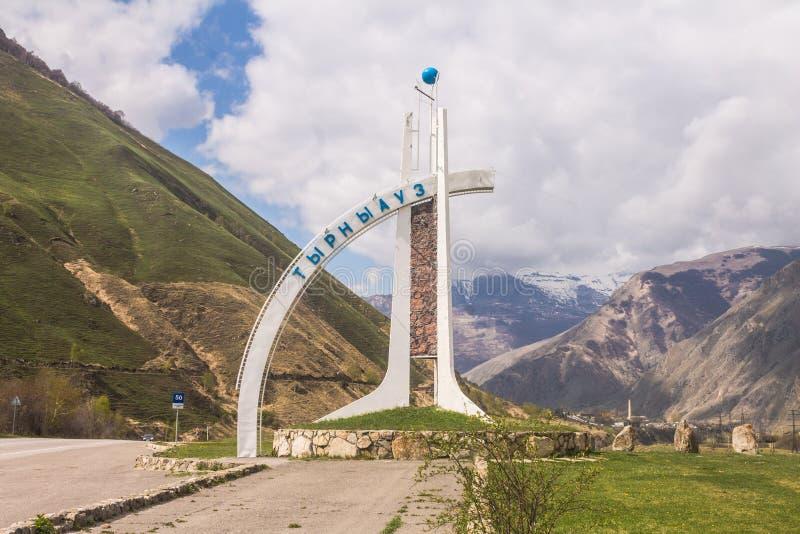 Ryssland Tyrnyauz: 02 Maj, 2015: Stella av byn av Tyrnyauz, Kabardino-Balkaria arkivbild