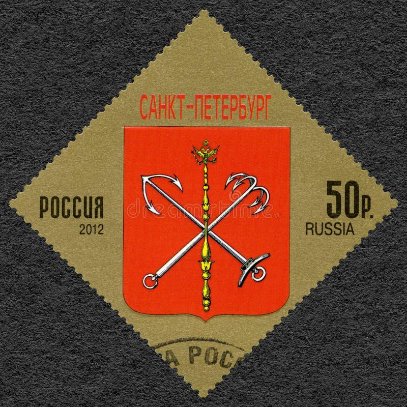 RYSSLAND - 2012: visar vapenskölden av StPetersburg, rysk federation royaltyfri bild