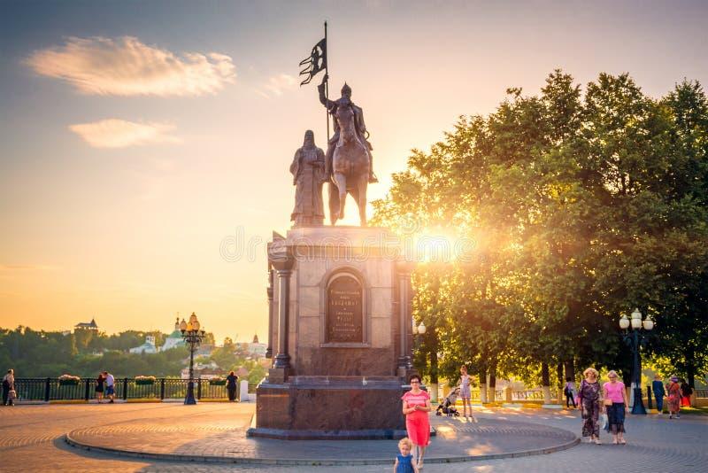 Ryssland Vladimir - Circa Augusti 2018: Monument till grundaren av staden av Vladimir Prince Vladimir och helgonet Fedor arkivbilder