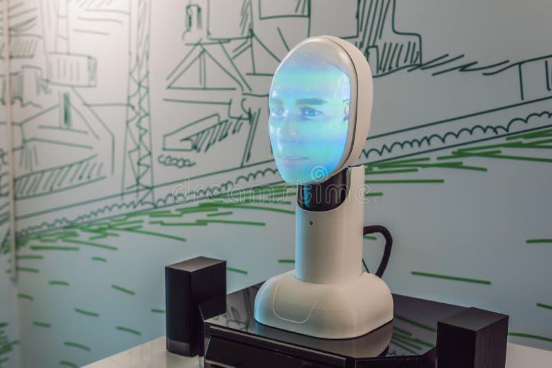 Ryssland Vladivostok, September 12, 2018: Konstgjord intelligens, en robot som kan tala arkivfoton
