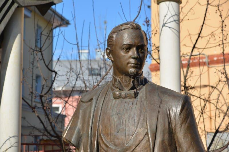 Ryssland Yaroslavl-mars 29 2016 monument till den berömda operasångaren Leonid Sobinov royaltyfri foto