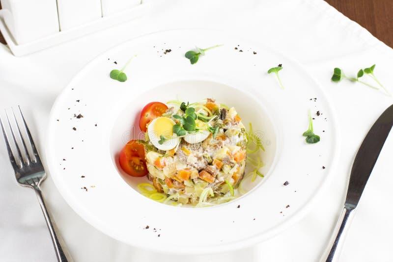 RyssOlivier sallad med kött, vaktelägg och körsbärsröda tomater royaltyfri fotografi