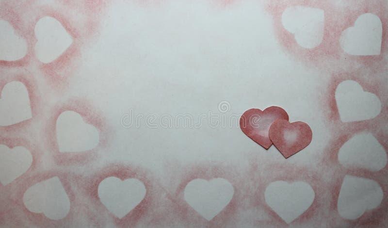 Rysujący w ołówkowym sercu na papierze zdjęcie stock