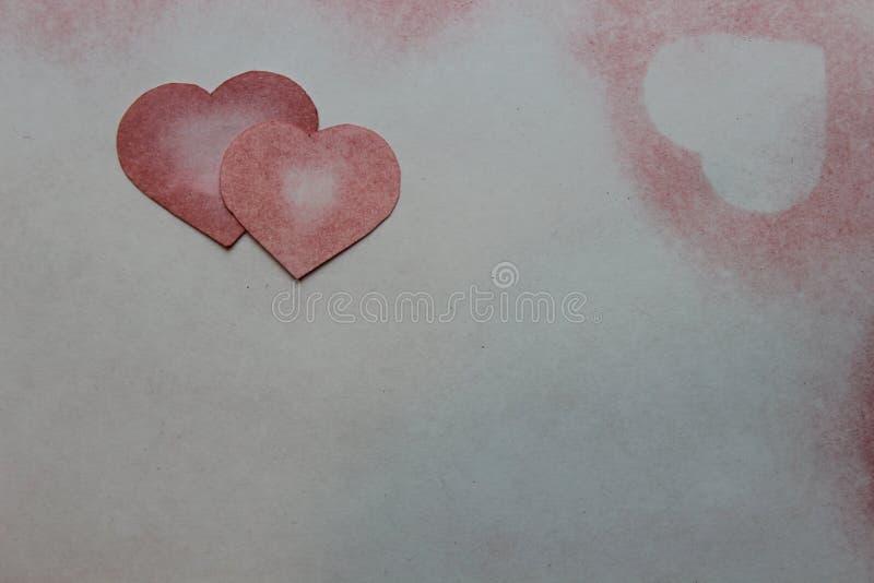 Rysujący w ołówkowym sercu na papierze zdjęcia stock
