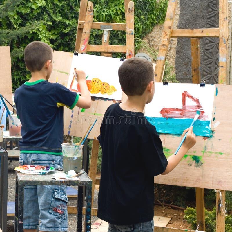 rysuje obrazki dwóch chłopców zdjęcia royalty free
