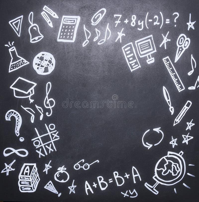 Rysunki na chalkboard na nowym akademickim roku, spadek, szkolne dostawy, miejsce tekst, rama fotografia stock