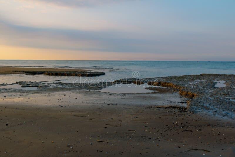 Rysunki w piasku opuszczać odpływem Widok morze od brzeg obraz stock