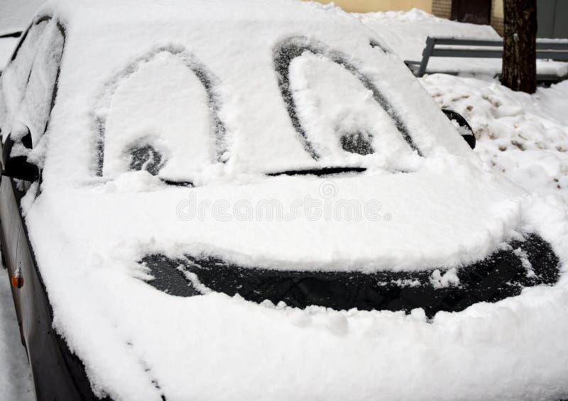 Rysunkowa smiley twarz na śnieżystym samochodzie fotografia stock