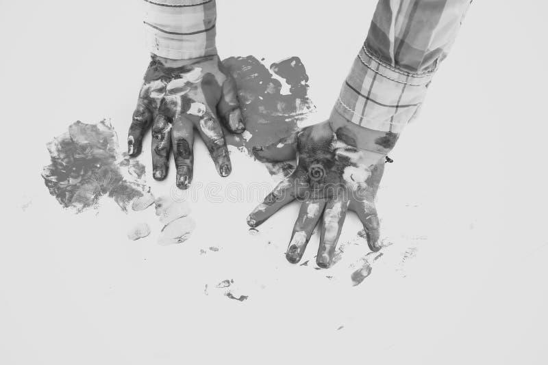 rysunkowy wręcza jej ranek bielizny jej ciepłych kobiety potomstwa Dziecko ręki malowali w kolorowych farbach na białym tle zdjęcie royalty free