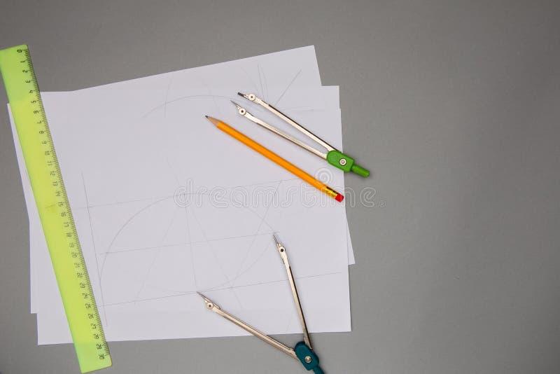 Rysunkowych narzędzi ołówek, liniowiec, kompas, biały papier, copyspace fotografia royalty free