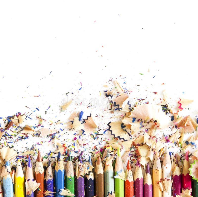Rysunkowych narzędzi tło Udział kolorowa ołówek rama z trociny i golenia na bielu fotografia stock
