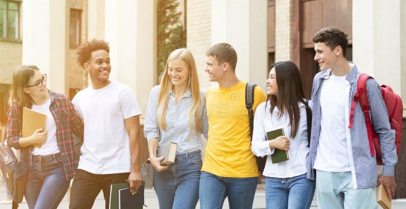 Rythme de la vie de campus Étudiants allant aux classes image libre de droits