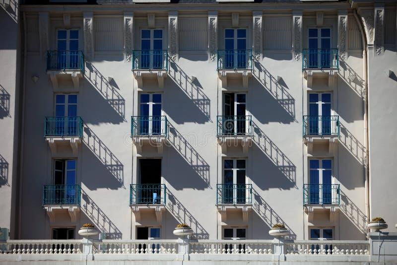 Rytmen av skuggorna på fasaden arkivbild