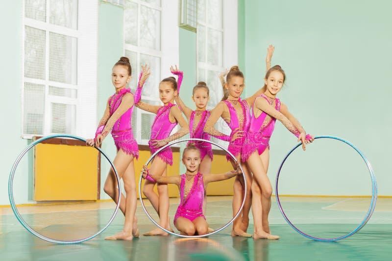 Rytmiczna gimnastyczna drużyna pozuje z obręczami zdjęcia royalty free