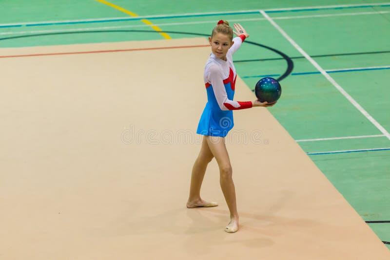Rytmicznych gimnastyk dziewczyny graci Balowy taniec fotografia stock