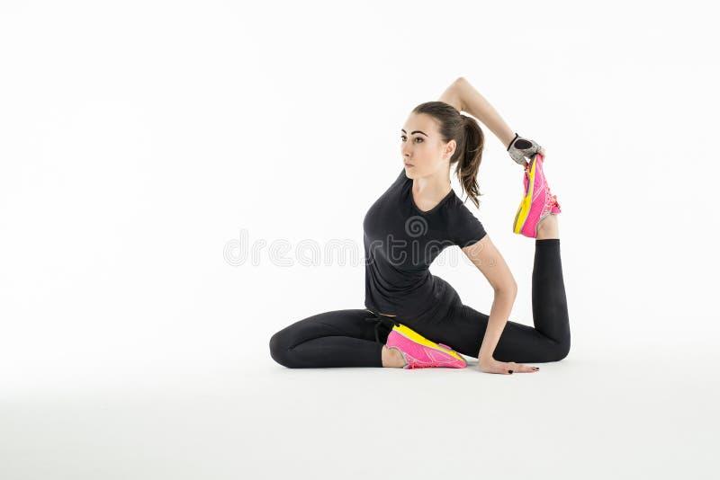 Rytmisk gymnast som gör övning i studio royaltyfria foton