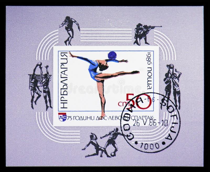 Rytmisk gymnastik: Övning med bollen, 75 år Levski-Spartak för sportklubba (I) serie, circa 1986 arkivfoto