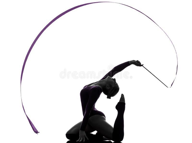 Rytmisk gymnastik med bandkvinnasilhouetten arkivfoton