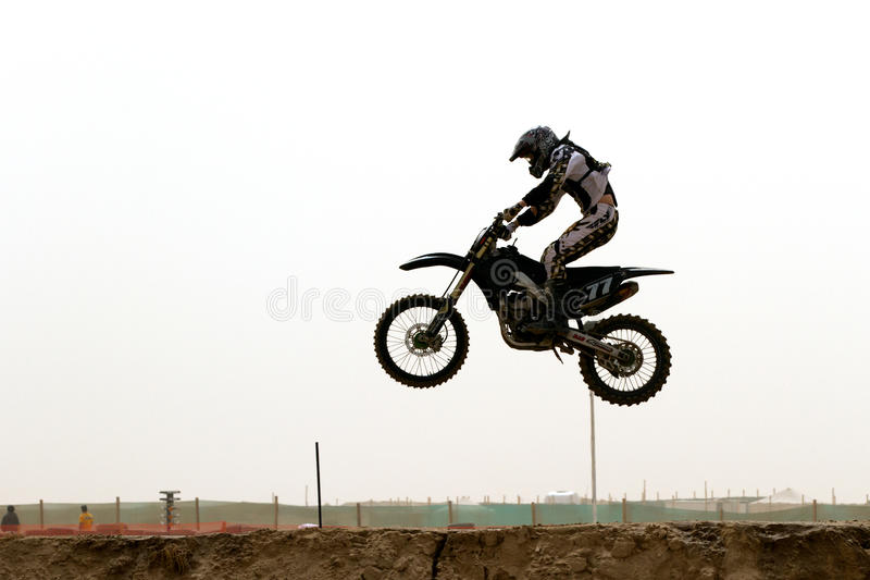 ryttare för luftkuwait motorcross arkivfoton