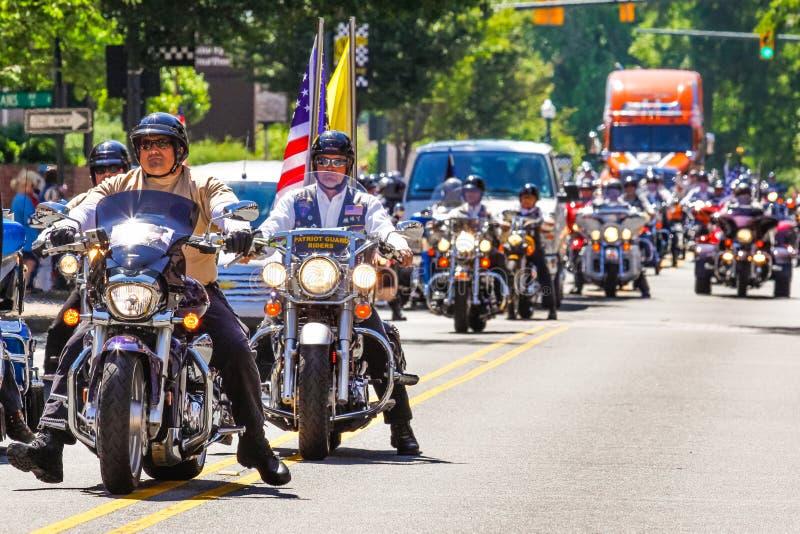 Ryttare för patriotvakt- och rullningsåskamotorcykel ståtar in royaltyfria foton
