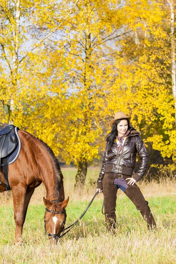 Ryttare med hennes häst arkivfoto