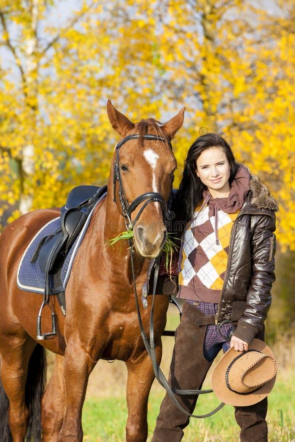 Ryttare med hennes häst arkivbild