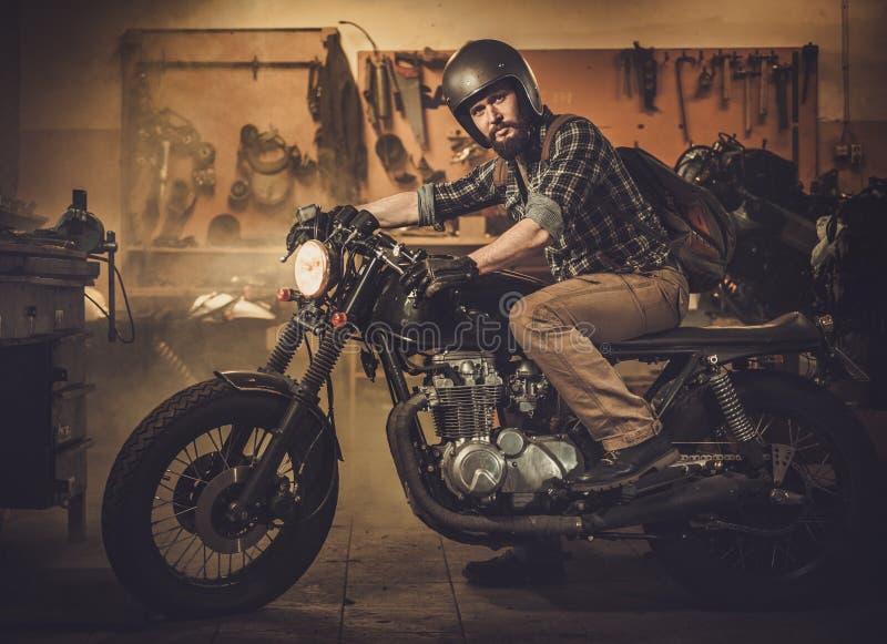 Ryttare och hans tappningstilkafé-racerbil motorcykel arkivbilder