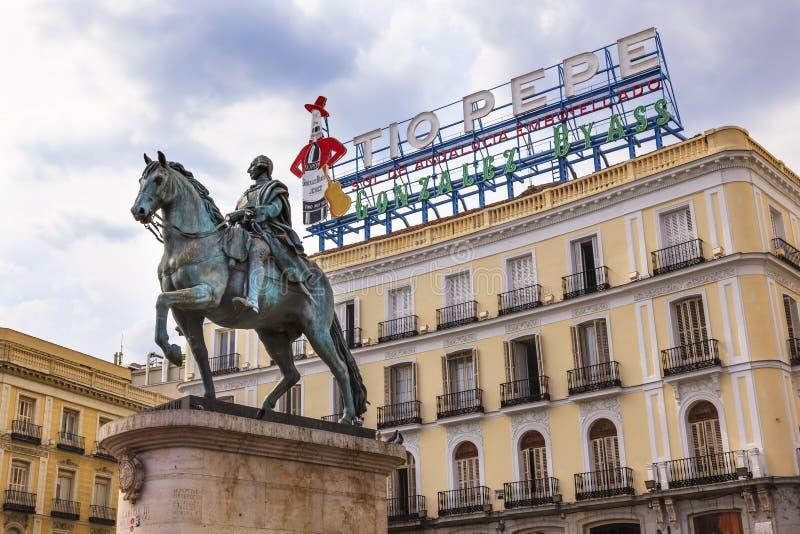 Ryttarestaty Tio Pepe Sign Puerta del Sol M för konung Carlos III royaltyfria foton