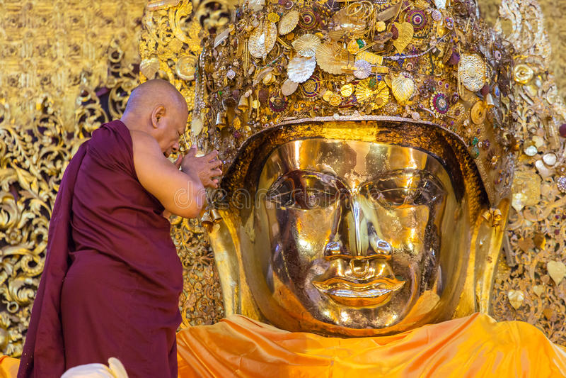 Rytuał myje Mahamuni Buddha przy Mahamuni pagodą w Mandalay dzienna twarz, Myanmar zdjęcia stock