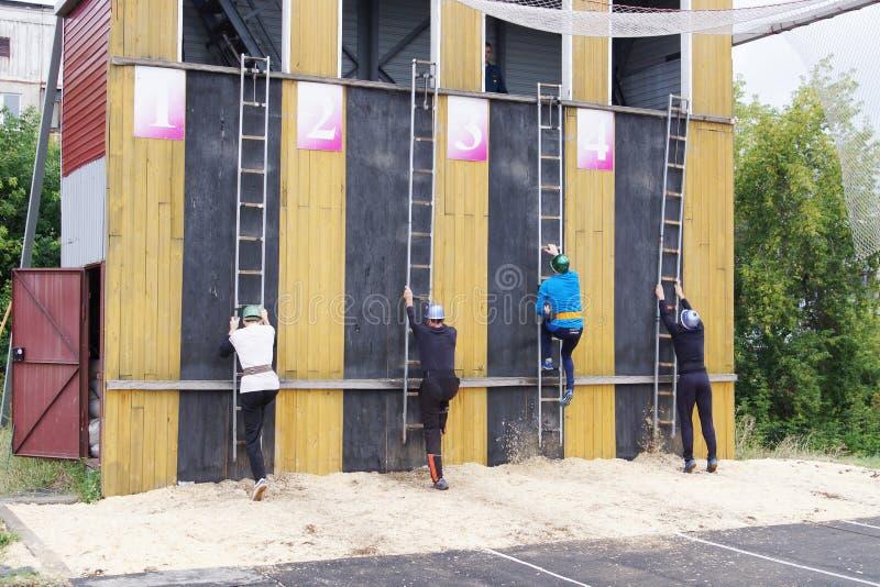 Rywalizacje na ratowniczym sporcie wśród pracowników EMERCOM Rosja zdjęcia stock