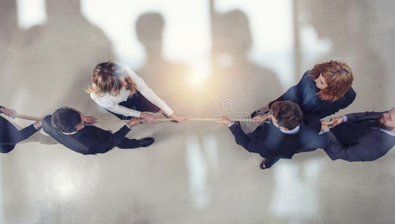 Rywalizujący biznesowy mężczyzna i kobieta współzawodniczymy dla rozkazu ciągnąć arkanę podwójny narażenia ilustracja wektor