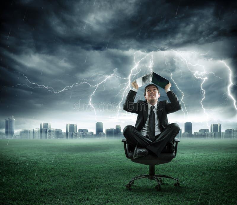 Ryzyko i kryzys - biznesmen naprawia burzą obrazy stock