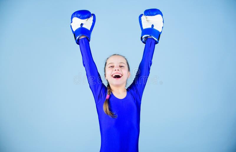 Ryzyko uraz Żeńskie bokser zmiany postawy wśród sporta Wzrost kobieta boksery Dziewczyna śliczny bokser na błękitnym tle zdjęcia royalty free