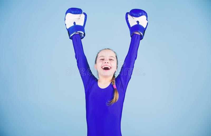 Ryzyko uraz ?e?skie bokser zmiany postawy w?r?d sporta Wzrost kobieta boksery Dziewczyna ?liczny bokser na b??kitnym tle zdjęcia stock