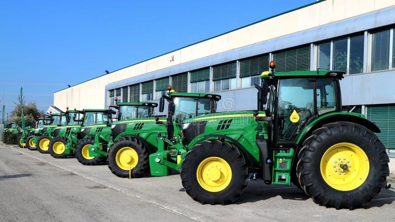 Rząd brandnew John Deere ciągniki na zewnątrz sklepu lokalny konsorcjum, wystawa opóźniona rolnicza maszyneria obraz stock
