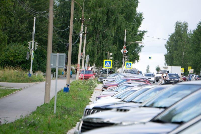 Rząd Parkowaliśmy samochodów horyzontalny przemysłowy model fotografia stock