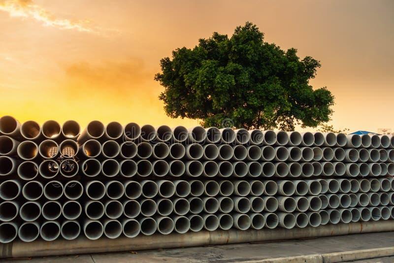 Rząd Składowy Kanalizacyjny drenażu betonu rurociąg, zakład produkcyjny Materialna budowa, sterta Culvert drymba i woda, obraz stock
