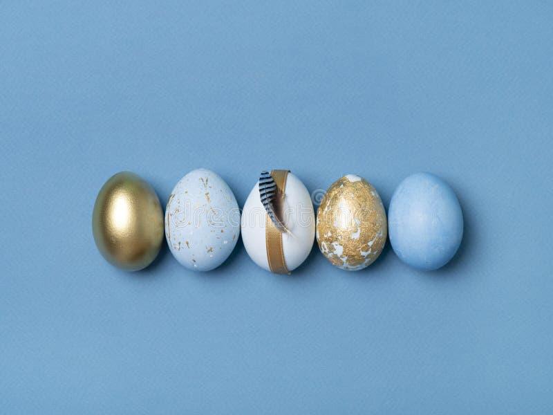 Rząd złoci i błękitni Wielkanocni jajka zdjęcia royalty free