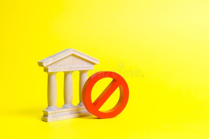 Rządowy budynek, bank lub symbol na żółtym tle NIE Pojęcie zabraniać i ograniczający prawa zakazy obrazy royalty free