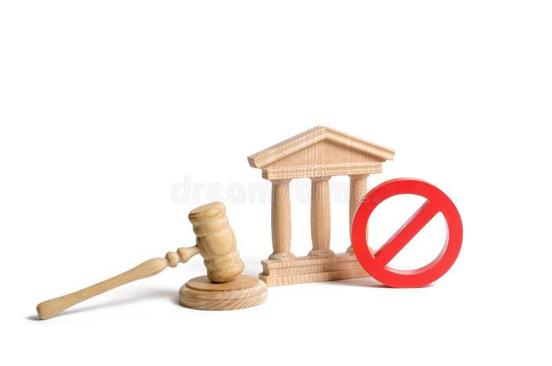 Rzędu lub banka budynek i czerwień ŻADNY symbol z sędziego młoteczkiem Kasowanie prawo lub dekret Deklaracja brak zdjęcie royalty free