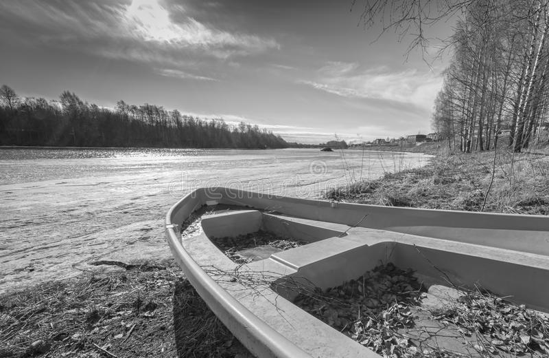 Rząd łódź Lodowatą rzeką zdjęcie stock