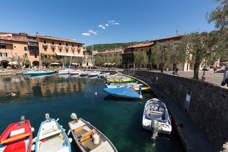 Rząd łodzie rybackie w małym schronieniu Torri Del Benaco Garda jezioro obraz stock