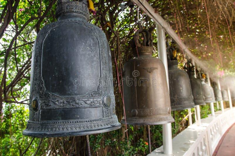Rząd Antyczni dzwony przy buddyjską świątynią w Tajlandia zdjęcia stock