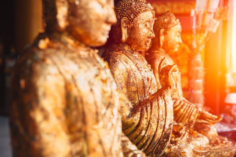 Rząd Azjatycki złoty Buddha wizerunek pokojowy i lekki obraz stock